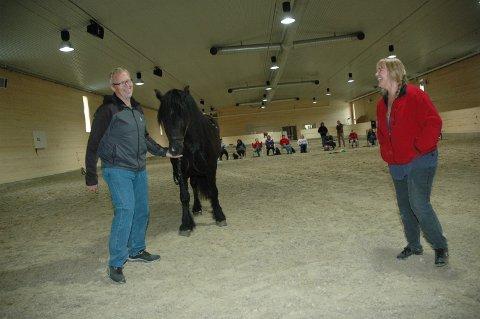 Hesteeier Bjørn Heiastøl og hestetrener Ellen Ofstad er imponert over den nye ridehallen på Stav. I helga var den i bruk for første gang.