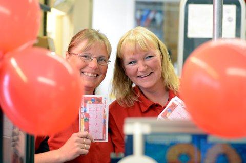- Her kjøpte en kvinne i 60-årene lørrdag en Lotto-kupong som ga nærmere tre millioner i uttelling, smiler f.v. Ingunn Nilsgård og Siri Ertzås ved Coop Marked Glåmos.
