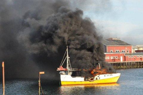 Det ble mye røyk da sjarken Ingrid Marie tok fyr ved kaia i Ballstad.
