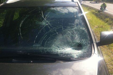 KNUST RUTE: Det var tydelige skader i frontruta på bilen som var involvert i ulykken. FOTO: MARIA SCHILLER TØNNESSEN