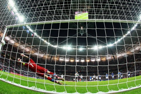 Nå har ikke norske eliteserieklubber noen spillere i dette EM, men de vil i motsatt fall får kompensasjon fra UEFA. På bildet setter Mezut Özil inn et straffespark bak Gianluigi Buffon.