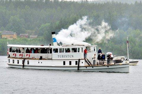 Turisten fløytet flere ganger i Skulerudsjøen, og ble hilst velkommen med salutter, hornmusikk og flagg.