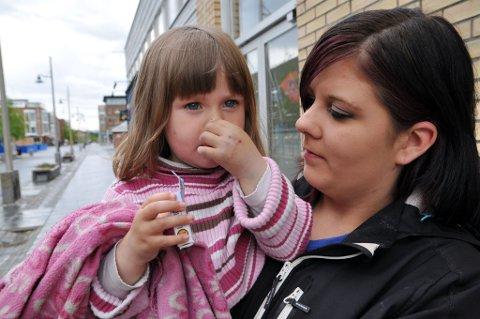 Kathrine Strifeldt Gundersen og datteren Emma Kathrin (3) utenfor Amfi Alta.