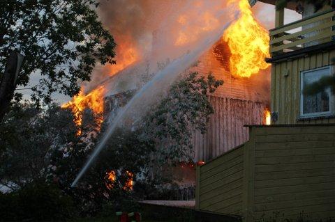 FULL FYR: Huset var fullstendig overtent da brannkonstablene kom til stedet.