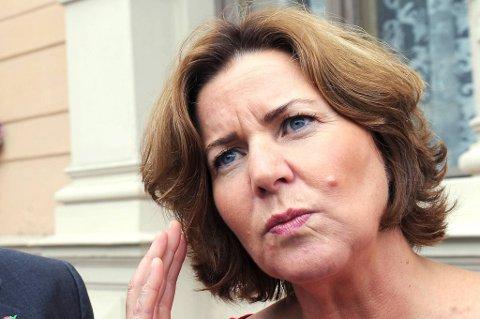Arbeidsminister Hanne Bjurstrøm innkalte partene i oljekonflikten til møte kl 18. Der ble det bestemt at det foreløpig ikke blir tvungen lønnsnemnd.