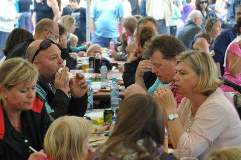 TOPP STEMNING: Det var topp stemning både rundt matbordet og ute på maknadsplassen under Mat & Kunstfestivalen.