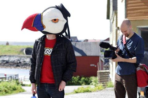 MASKOT: Lundefuglen er med på alt street art-gjengen foretar seg. Her er det tekstforfatter Sveinung Mikkelsen som har fått æren, mens filmfotograf Andreas Ursin Hellebust dokumenterer.