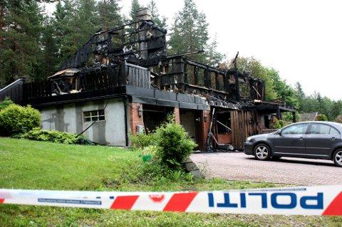 UTBRENT: I dag skal politiet ha åstedsundersøkelse på branntomta i Åsleia. - Så langt har vi ingen formening om brannårsaken, sier lensmann Bernt Ingar Jahren.