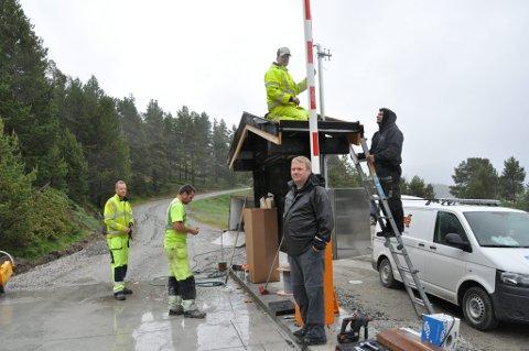 Monterer bom: Brynulf Strømsaas følger spent med på når firma Swarco monterer elektrisk bom på nedsiden av Savalen Fjellhotell.