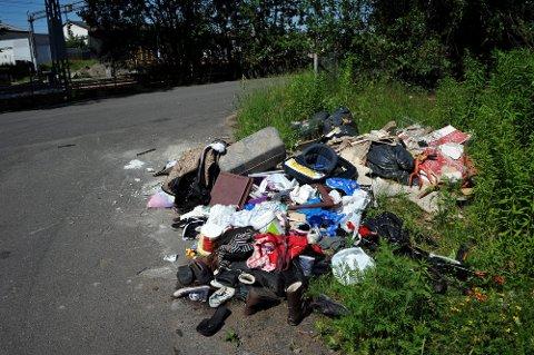 Politiet har avhørt to personer etter forsøpling på Opsund. Det ble ifølge politiet gjort funn på stedet som kunne kobles til de to aktuelle personene.