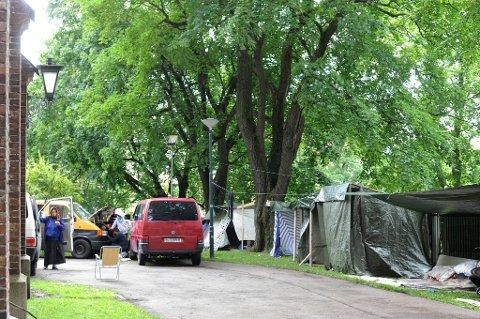 Mange hundre personer fra romfolket har slått leir utenfor Sofienberg kirke i Oslo.