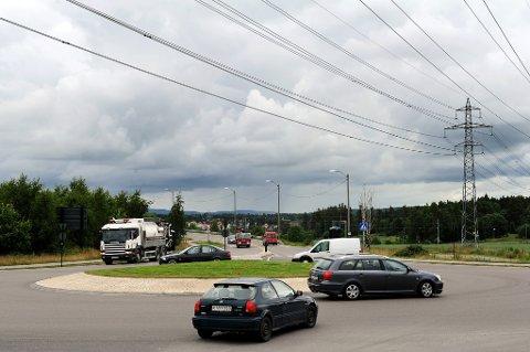 I GRØFTA: Her i rundkjøring på Hafslund endte kjøreturen for den 14-år gamle jenta.