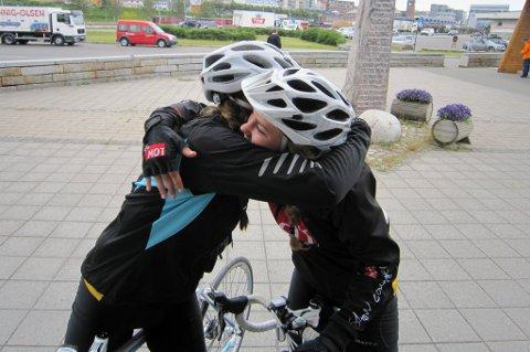 Hildegunn Strand (15) og Johanne Marie Nesdal (15) har syklet de 120 milene fra Stryn til Værøy på en uke.