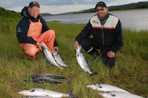 NOK FOR I ÅR: Andreas Njarga (til venstre) og Steinar Olsen har avsluttet årets sesong. De har nok både til sommerlaks og vinterforsyning.