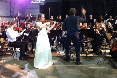 SOLIST: Elisabeth Larsen Turmo var solist under Peter Tsjaikovskijs fiolinkonsert. Den unge mosjøjenta imponerte i samspill med Toppensymfonikerne. (Foto: Marit Almendingen)