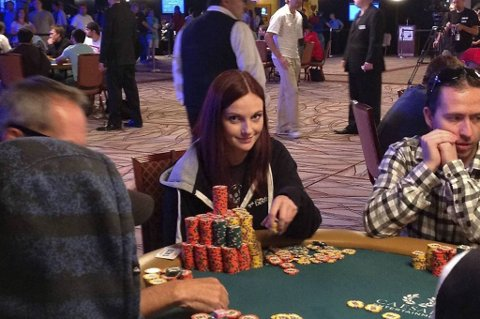Elisabeth Hille fra Bergen ligger på femteplass i World Series of Poker Main event i Las Vegas før dag syv. I morgen skal 27 spillere bli til ni.