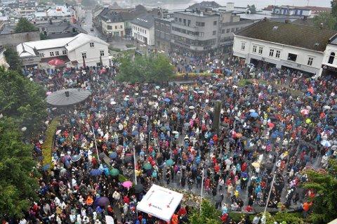 Fjorårets markering: Over 10.000 mennesker var 26.juli i fjor med og minnes de mange ofre på Utøya og ved regjeringskvartalet. I år vil markeringen være betydelig mindre, men viktig for larviks befolkning, mener Hallstein Bast. (Foto: Bjørn Jakobsen)