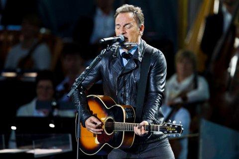 Bruce Springsteen spiller og synger under minnekonserten på Rådhusplassen i Oslo søndag.