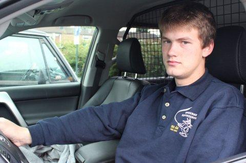 Stian Briskelund klarte å hogge inn bremsene og svinge unna. Han så at motgående bil kjørte over katten.