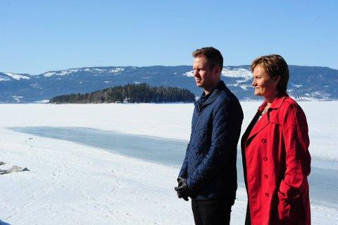 Statsråd Rigmor Aasrud og Eskil Pedersen (AUF) ved det planlagte minnesstedet på Sørbråten.