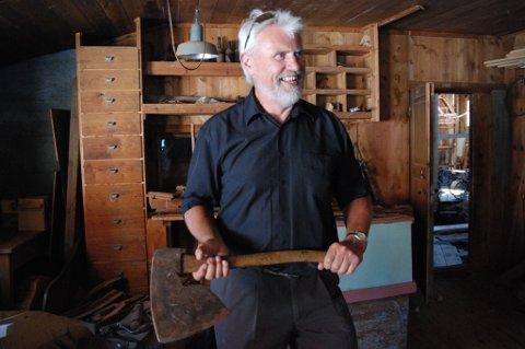 Tharald Moen, som er eier av Moen Trebåtbyggeri i 3. generasjon, holder mange omvisninger. Båtbyggeriet er det eldste av de tre byggeriene som ligger på Moen i dag. Omviseren er fornøyd med oppmerksomheten båtbyggeriene har fått av Riksantikvaren og fylkeskommunen den siste tiden.