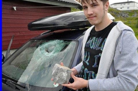 Sander Blix Fredriksen (21) fikk en stein på 6-7 kg gjennom frontruta. Foto: Mads A. Bjørkly