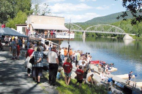 Pumpiaden er sommerens høydepunkt i Skotselv: Mesteparten av konkurransene lørdag ettermiddag foregår på elva ved Pumpehuset.