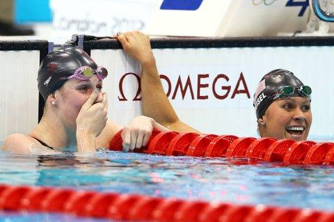 Missy Franklin kan nesten ikke tro hva som har skjedd - OL på 200 meter rygg og ny verdensrekord.  Elizabeth Beisel til høyre var også glad.