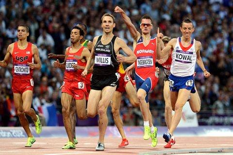 Henrik Ingebrigtsen jubler for semifinale på 1500 m .
