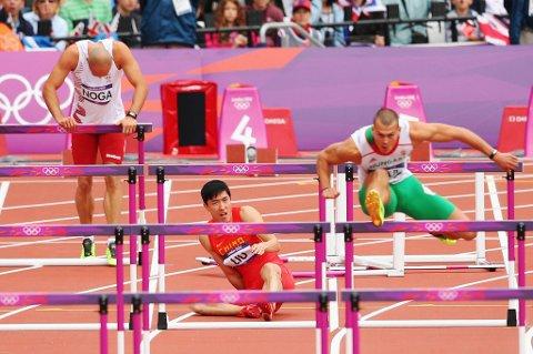 Liu Xiang lykkes ikke i OL. Her ble han liggende etter den første hekken.