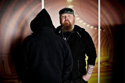 """ETTERLYSER SPRØYTEROM: Eirik Junge Eliassen, redaktør i Virkelig, mener et sprøyterom i Tromsø er eneste løsning på den ukontrollerte narkotika-situasjonen som hersker nå. Det russiske dødsdopet """"Krokodil"""" holdt på å ta livet av """"Knut"""" (t.v.). - Jeg ville nok ha brukt sprøyterom hvis det fantes, sier han."""