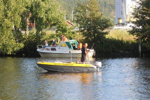 Politiet og brannvesenet søker i Tista etter at noen observerte en person i vannet.