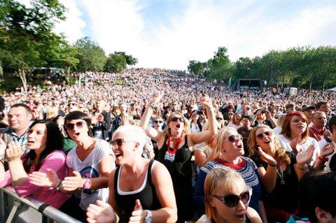 Årets Parken-publikum kan ifølge Vervarsinga for Nord-Norge beholde solbrillene på, slik som disse publikummerne under fjorårets Åge Aleksandersen-konsert.