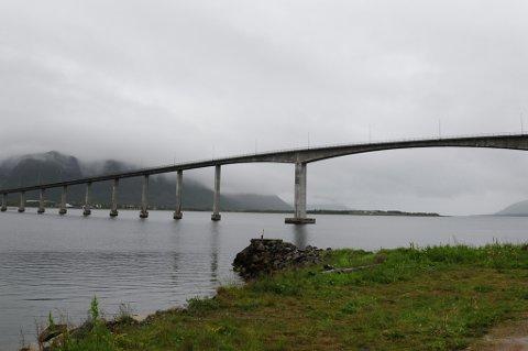 HØYT FALL: Fireåringen ble påkjørt og falt i havet omtrent fra midten av Andøybrua, et fall på 37 meter. Nå er gutten utskrevet fra sykehuset og skal være i fin form. Foto: Ola Bjerrang