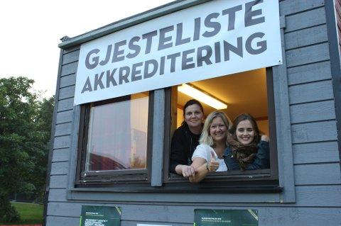 F.v. Lena Hansen, akkreditteringsmedarbeider Nina Samuelsen og frivilligansvarlig Karoline Aspaas gleder seg til Parkenfestivalen åpner på fredag.