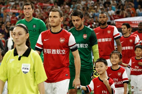 Thomas Vermaelen skal lede Arsenal kommende sesong. Her med kapteinsbindet under Asia-turen i sommer.
