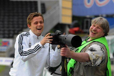 Peter Ankersen i snakk med en av fotografene på Lerkendal.