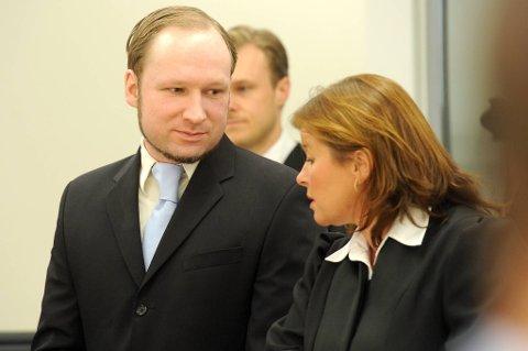 Anders Behring Breivik sammen med forsvarer Vibeke Hein Bæra.
