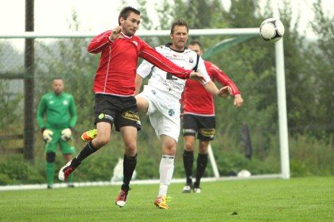 FEKK JULING: Anders Dragøy, som her er i duell med Alexander Ødegaard, vart utvist då Radøy/Manger tapte heile 2-8 heime mot Førde. (Foto: Endre Hopland)
