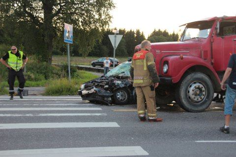 KOLLISJON: Føreren av denne personbilen er alvorlig skadet etter sammenstøtet med lastebilen. Foto: Ole Christian Nordby © Eikerfoto