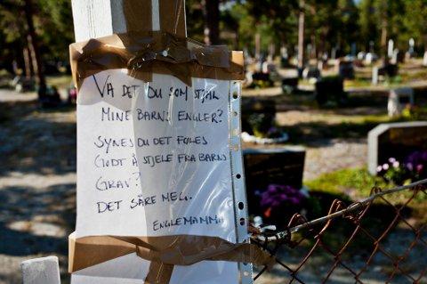 BREVET: Ved inngangen til Skibotn kirkegård henger brevet fra Lene Gustavsen til tyven(e).