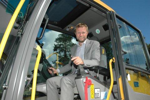 Stortingsrepresentant Bent Høie likte seg godt bak spakene på gravemaskinen og gliste stort da han ble spurt om hva han syntes: Kjempegøy! var det kontante svaret.