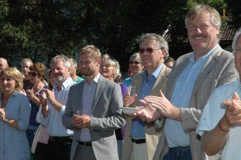Bent Høie lyttet nøye til informasjonen om det planlagte Kildehuset som kom fram på scenen. Helt til høyre Jon Hovland, gruppelder for Høyre i Modum kommunestyre.