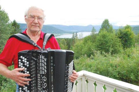 Tutt Haugen skal traktere trekkspillet selv, men har også invitert flere artistgjester som skal underholde på Strandefjorden den siste søndagen i august.