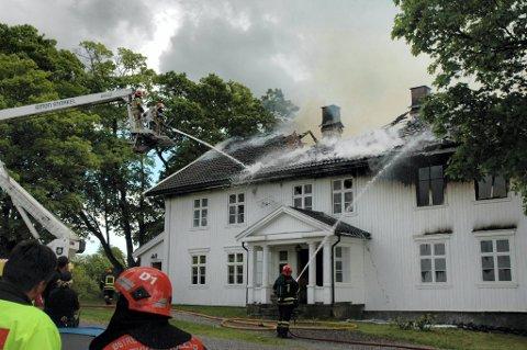 BRANT: En mann i 40-årene er dømt for å ha tent på branne ved Øvre Sukkestad gård ved Lena i juni 2010.