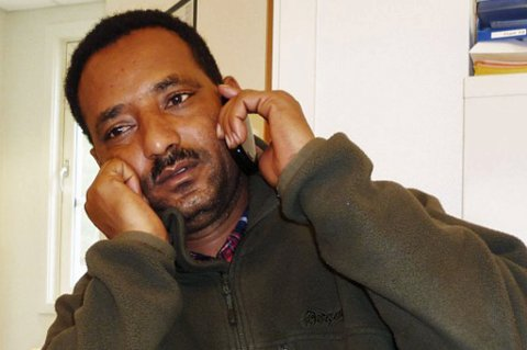 PÅ TELEFON MED KIDNAPPERE: Her er Biday Razenne på tlf med kidnapperne.