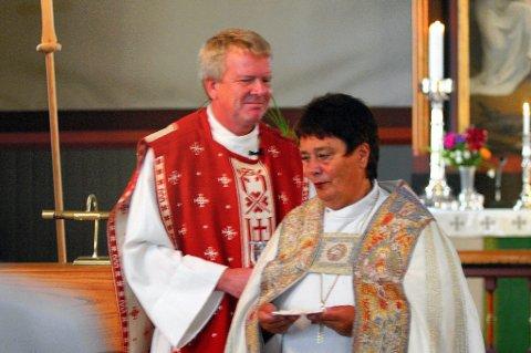 SISTE: Ragnar Petersson ble innsatt som ny prost i Solør i 2008. Han kan bli den siste prosten i Solør dersom prostiet legges under Vinger eller Sør-Østerdal. Her med biskop Solveig Fiske.   FOTO: KJELL I. WÅLBERG (ARKIV)