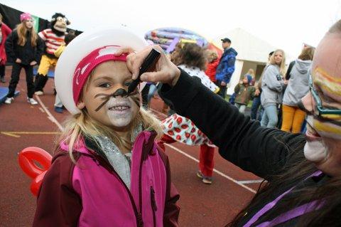 Mathea Aafos (4) får ansiktssminke på Døgnvill fredag.