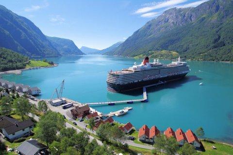 Oddvar Røysi har brukt 250 millioner kroner på det nye havneanlegget med tilhørende fasiliteter i Skjolden i Luster kommune.