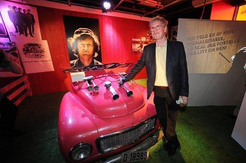Øystein Sunde viser  fram volvoen han brukte på Dizzie showet i 91, på  utstillingen «Kjekt å ha» på Popsenteret i Oslo.
